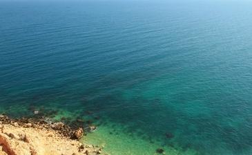 Отдельного внимания заслуживает собственный пляж. Вы сможете попробовать себя в виндсерфинге и кайтинге, прокатиться на моторной лодке и морском велосипеде. Любители дайвинга могут насладиться прелестями и очарованием подводного мира, загадочными гротами и пещерами.