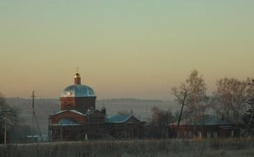 В 50 метрах от «Покровского холма» находится Храм Покрова Пресвятой Богородицы села Волковичи