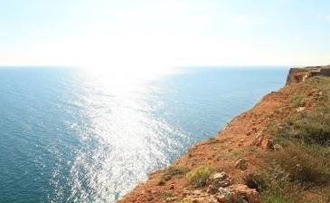 Фиолент (Крым) – это место, где можно не только хорошо отдохнуть на побережье, но и существенно поправить свое здоровье. Морской воздух в сочетании с летучими выделениями можжевельника и крымской сосны очень полезен для здоровья сердца, легких.