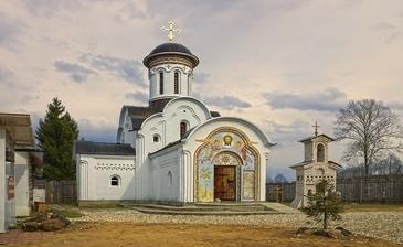 В нескольких километрах от поселка находятся святыни Тверской земли -Знаменская Церковь.